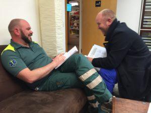 Knut och Henrik i filosofiskt samtal om skillnader mellan norsk och svensk ambulanssjukvård.